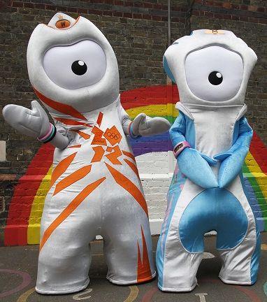 2012年ロンドンオリンピックのマスコットキャラクター「ウェンロック」と、パラリンピックのマスコットキャラクター「マンデビル」
