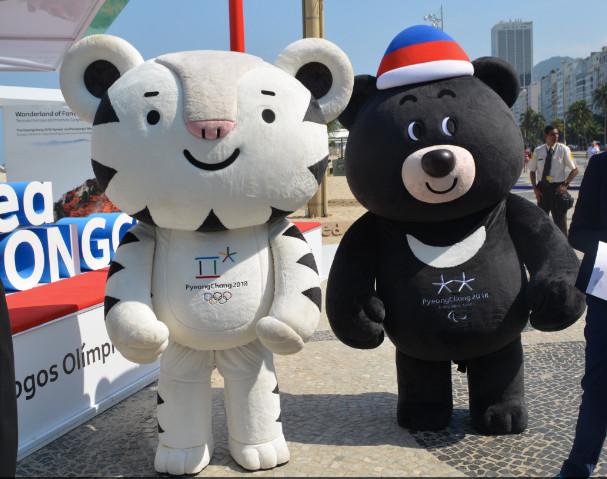 ピョンチャンオリンピックのマスコットキャラクター「スホラン」(左)と、ピョンチャンパラリンピックのマスコットキャラクター「バンダビ」(右)