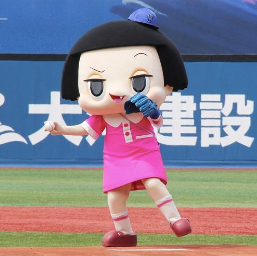 横浜スタジアムで行われたプロ野球「横浜DeNAベイスターズ対東京ヤクルトスワローズ」戦で始球式を務める「チコちゃんに叱られる!」のチコちゃん