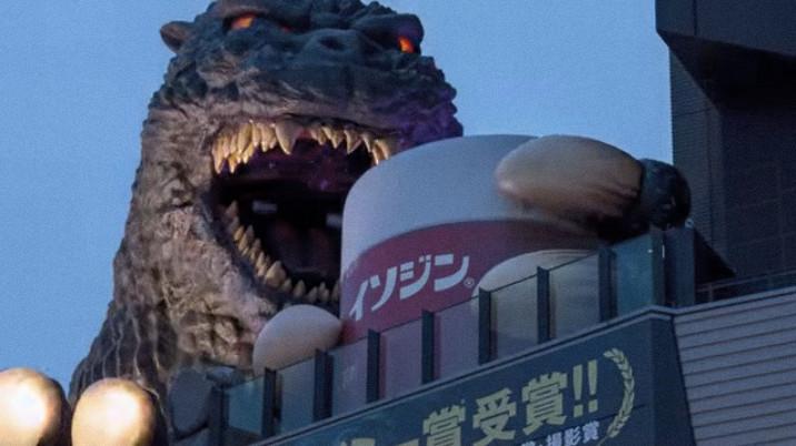 イソジンを持った、新宿東宝ビルのゴジラ