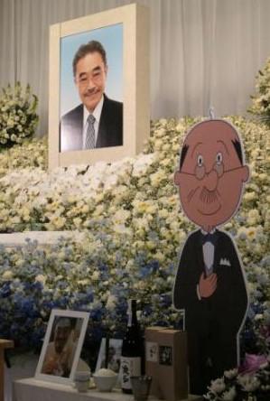 永井一郎さんのお通夜、祭壇の横には磯野波平さんの姿も