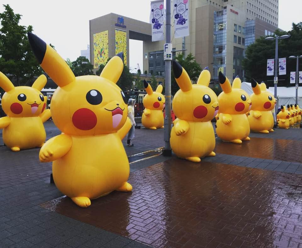 当日はあいにくの雨模様でしたが、桜木町駅前の広場にはたくさんのピカチュウがお出迎えしてました