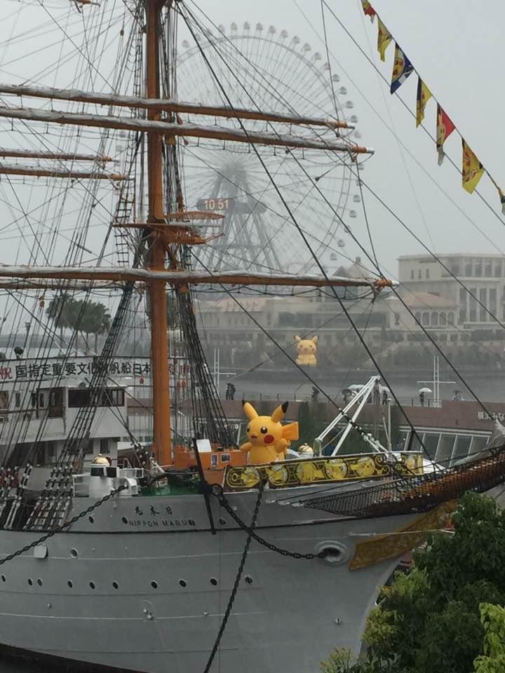 港に泊まっている船や、その向こうにも、巨大ピカチュウがいます!